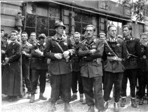 15 - Il Comando delle Brigate Garibaldi nell'aprile 1945 (in prima fila col cappello Vincenzo (Cino) Moscatelli con Eraldo Gastone, Seniga è il secondo da destra)