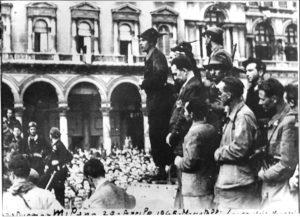16 - 28 aprile 1945, comizio di Cino Moscatelli in piazza del Duomo a Milano (in seconda fila Luigi Longo, Seniga in basso a destra)