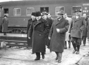 19 - Varsavia 1949 Togliatti, Secchia, dirigenti partito polacco. (Seniga quarto da sinistra)
