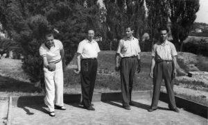 21 - Partita a bocce nei primi anni cinquanta. (al centro Pietro Secchia e Giulio Seniga).