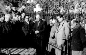 24 - Giulio Seniga e Luciano Raimondi ai funerali di Andrè Marty. Tolosa, novrembre 1956