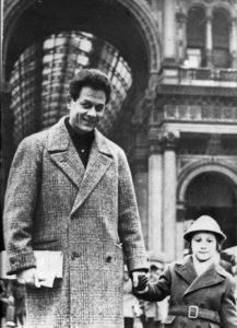 27 - Giulio Seniga con il figlio Martino dopo la pubblicazione del libro Togliatti e Stalin (1961)